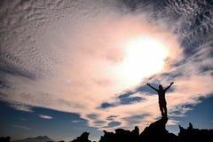Personnes heureuses et réussies dans les montagnes ; appréciez la nature ; nuages, paix et ciel photo libre de droits