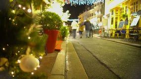 Personnes heureuses marchant sur la rue décorée de nouvelles années Ève, vacances, relaxation clips vidéos