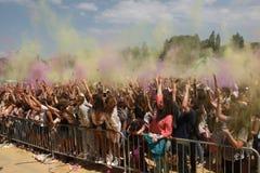 Personnes heureuses pendant le festival de couleurs Holi Photographie stock