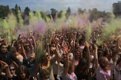 Personnes heureuses pendant le festival de couleurs Holi Photos libres de droits