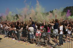 Personnes heureuses pendant le festival de couleurs Holi Photographie stock libre de droits