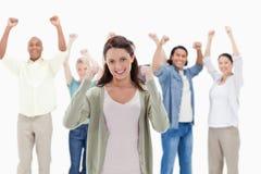 Personnes heureuses soulevant leurs bras Photo stock