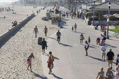 Personnes heureuses sur la plage Image libre de droits