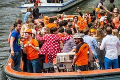 Personnes heureuses sur le bateau chez Koninginnedag 2013 Images stock
