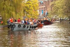 Personnes heureuses sur le bateau chez Koninginnedag 2013 Photo libre de droits