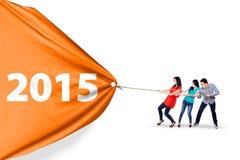 Personnes heureuses tirant une bannière 2015 Photo stock
