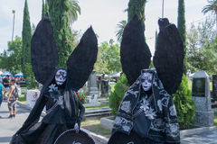 Personnes inconnues avec le costume noir d'ange Images libres de droits