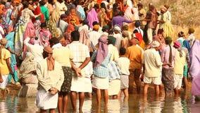 Personnes indiennes à la prière au village clips vidéos