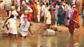 Personnes indiennes à la prière au village banque de vidéos