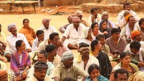Personnes indiennes avec des livres au village banque de vidéos