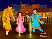 Personnes indiennes de famille célébrant le festival de Diwali de l'Inde Image libre de droits