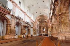 Personnes indiennes observant l'église de bâtiment du St Francis d'Assisi, construit en 1661 Site de patrimoine mondial de l'UNES Photos stock