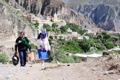 Personnes indiennes sur les rues de l'iruya sur l'Argentine les Andes image stock