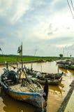 Personnes indonésiennes de pêcheurs de bateaux sur la rivière en aval photo libre de droits