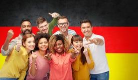 Personnes internationales faisant des gestes au-dessus du drapeau allemand Images libres de droits