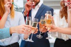 Personnes joyeuses en gros plan encourageant avec des boissons une nouvelle année sur un fond brouillé Concept de vacances de Noë Photo libre de droits