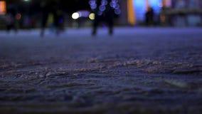 Personnes joyeuses patinant, ayant l'amusement et appréciant le bel hiver neigeux, loisirs banque de vidéos