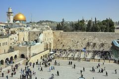 Personnes juives s'attaquant et priant au mur pleurant avec la coupole du dôme de la roche sur le fond, Jérusalem Image stock