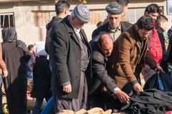 Personnes kurdes faisant des emplettes pour des vêtements en Irak Photographie stock