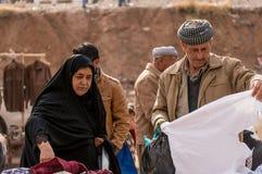 Personnes kurdes faisant des emplettes pour des vêtements en Irak Photographie stock libre de droits