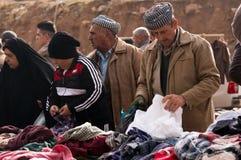 Personnes kurdes faisant des emplettes pour des vêtements en Irak Images libres de droits