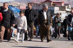 Personnes kurdes marchant dans un Souq en Irak Photos stock