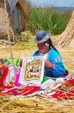 Personnes locales aux îles d'Uros sur le Lac Titicaca peru Images libres de droits