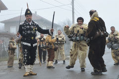 Personnes locales dans des costumes folkloriques et masques de kukeri sur le rituel de Surva Image stock