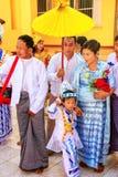 Personnes locales dans des costumes traditionnels participant à la cérémonie de mariage à la pagoda de Mahamuni, Mandalay, Myanma photos libres de droits