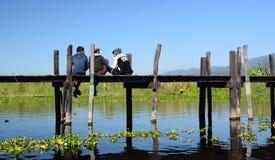 Personnes locales sur le pont en bois Village de Maing Thauk Lac Inle myanmar Images stock