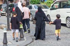 Personnes méconnaissables ayant la promenade dans la ville photos stock