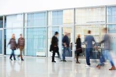 Personnes méconnaissables marchant dans le couloir moderne Photo stock