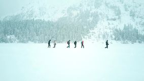 Personnes méconnaissables trimardant dans la neige Photo stock
