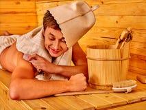 Personnes masculines fortes dans le chapeau au sauna Photo libre de droits