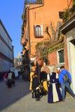 Personnes masquées à la rue de Venise Photos stock
