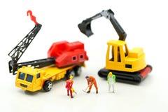 Personnes miniatures : équipe de travailleur pour la maison de construction, utilisation d'image pour photo libre de droits