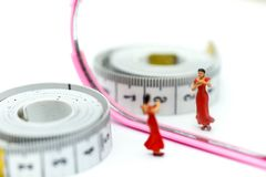 Personnes miniatures : amincissez la belle femme avec le miroir et attachez- du ruban adhésifmoi Image stock