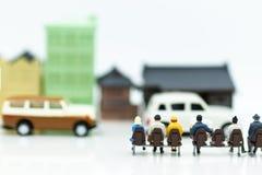 Personnes miniatures : autobus de attente de personnes à la gare routière utilisant comme le voyage de fond, le voyage d'affaires Photo libre de droits