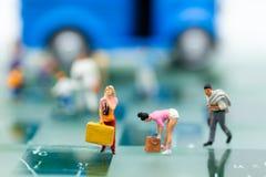Personnes miniatures, autobus de attente de sac à dos à la gare routière pour le voyage utilisation en tant que concept de fond d Image libre de droits