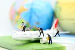 Personnes miniatures : avion d'air pur de travailleur employant pour des affaires tri image libre de droits