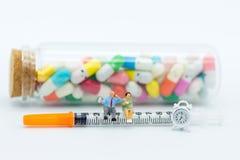 Personnes miniatures : Contrôle de santé annuel avec le docteur Utilisation d'image pour le concept de contrôle de santé photo libre de droits