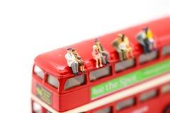 Personnes miniatures : Couples d'autobus de attente d'amour à la gare routière pour Images libres de droits