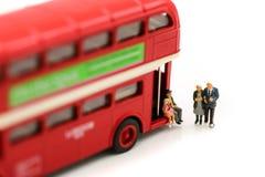Personnes miniatures : Couples d'autobus de attente d'amour à la gare routière pour Photographie stock libre de droits