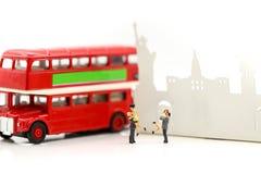 Personnes miniatures : Couples d'autobus de attente d'amour à la gare routière pour Image stock