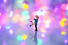Personnes miniatures : couples dans l'amour et étreindre plus d'avec le bokeh b Photo stock
