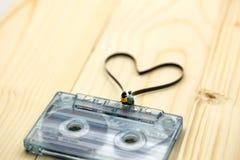Personnes miniatures : Couples de l'amour se reposant sur la cassette sonore avec Photos libres de droits