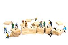 Personnes miniatures : ` D'amour de ` de mot de renforcement d'équipe de travailleur sur le bloc en bois Images stock