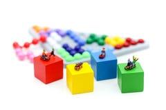 Personnes miniatures : enfant ayant l'amusement pour jouer le glisseur sur coloré Photo libre de droits