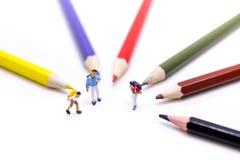 Personnes miniatures : enfants et étudiant avec stationnaire, educati Photos stock