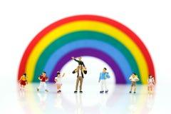 Personnes miniatures : enfants et terrain de jeu d'étudiant en parc de ville Photo libre de droits